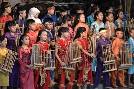 Bandung, Indonesië-16 juni 2014 kinderen spelen angklung op saung angklung Udjo angklung is de traditionele muzikale erfgoed gemaakt van bamboe en wereldwijd herkennen oorspronkelijk uit Indonesië