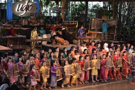 wiedererkennen: Bandung, Indonesien-16. Juni 2014 Kinder spielen angklung bei saung angklung Udjo angklung ist die traditionelle musikalische Erbe aus Bambus und weltweit aus Indonesien erkennen urspr�nglich