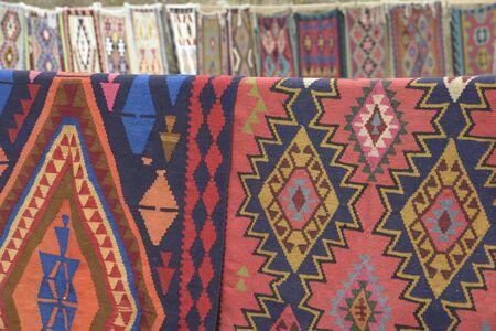Kleurrijk oosters Iraans tapijt of kilim met traditionele folk geometrische patronen