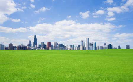 緑の草とダウンタウン