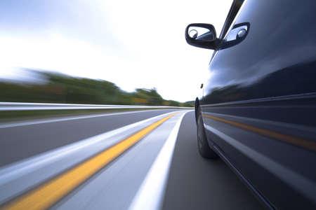 山の道で偉大な速度で移動する車