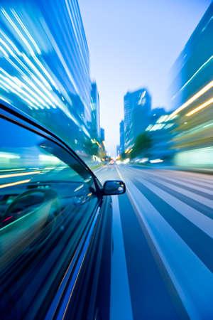 fast lane: El coche se mueve a gran velocidad en la noche.