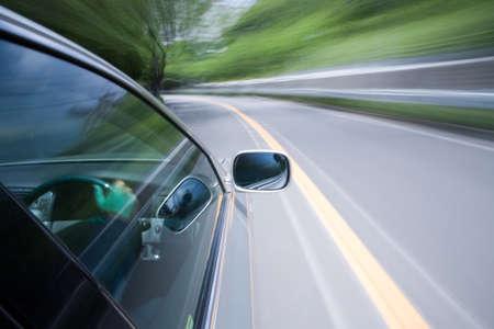 車は晴れた日に素晴らしいスピードで移動します。 写真素材