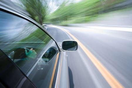 fast lane: El coche se mueve a gran velocidad en el soleado d�a.