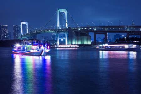 ponte giapponese: Veduta del centro di Tokyo di notte con Rainbow Bridge Archivio Fotografico