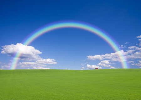 arcobaleno astratto: Casa tetto rosso sulla collina con arcobaleno