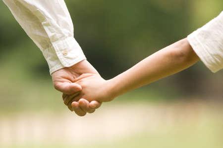 어머니와 아들의 손에