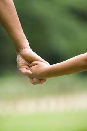 madre e hijo: Manos de madre e hijo Foto de archivo