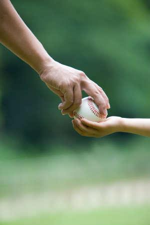 guante de beisbol: Pap� pasar la pelota al hijo.