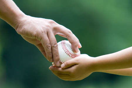 coger: Pap� pasar la pelota al hijo.