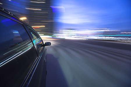 vezetés: Éjszaka meghajtó autó mozgásban van.