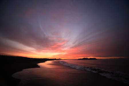 sol naciente: Nubes y tierra y Enoshima del brillo matutino Foto de archivo