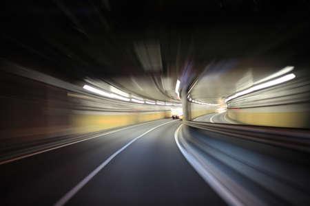 トンネル: 夜の道路上で運転 写真素材