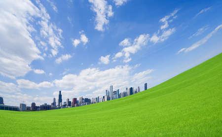 cielo azul: Centro de la ciudad y pasto verde Foto de archivo