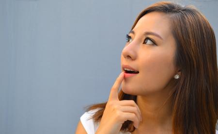 mujeres pensando: Hermoso pensamiento joven mujer asi�tica