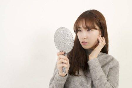 Vrouw op zoek naar haar spiegelbeeld
