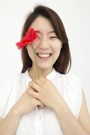 결혼식: 붉은 꽃과 아름다운 아시아 여자 스톡 콘텐츠