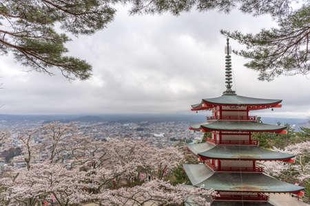 kawaguchi ko: Landscape view from the top of Chureito Pagoda in Kawaguchi-ko, Fujiyoshida, Japan