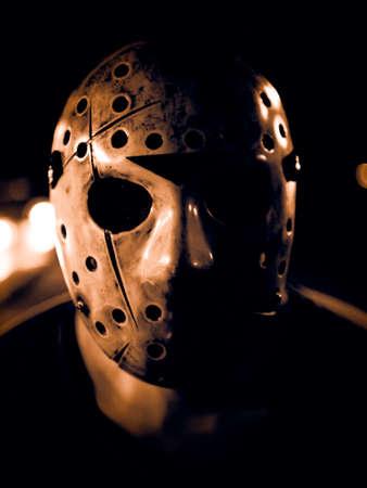Faible image clé d'un homme portant un masque de hockey effrayant pour halloween