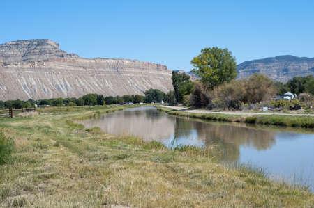 Campagne avec le mont Lincoln et un fossé d'irrigation près de Palisade, Colorado