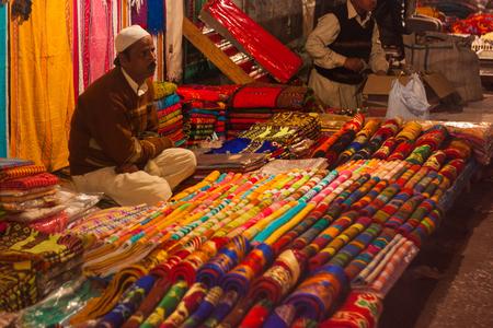 Street vendor at a market in Delhi, India 新聞圖片