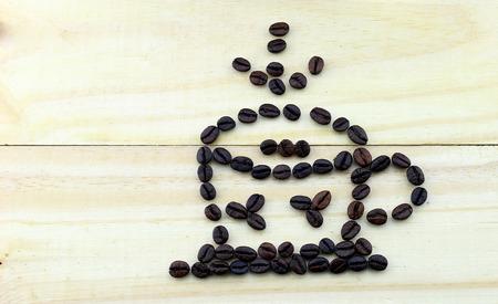 tomando refresco: granos de caf� taza en el fondo de madera