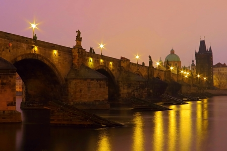 Gothic stone Charles bridge with lanterns in the morning. 免版税图像