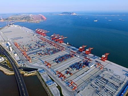 Shanghai Yangshan Port adopts automatic systems to manage the port and for the first time in China. 스톡 콘텐츠