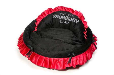 Rood en zwart hondenbed ge Stockfoto