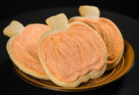 Zelfgemaakte pompoen koekjes op geïsoleerde zwarte achtergrond. Stockfoto