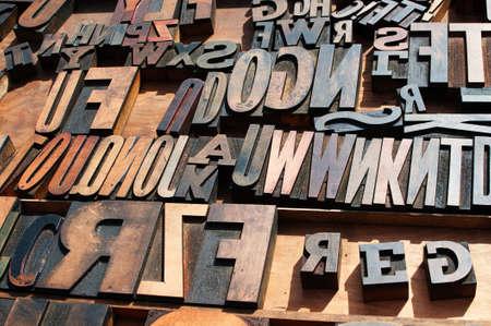Een bos van oude vintage houten blok drukpers letters. Stockfoto