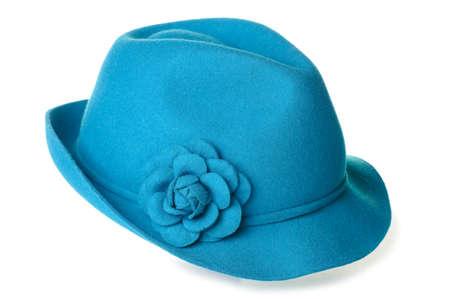 een groenblauw vilten hoed met een bloem erop.