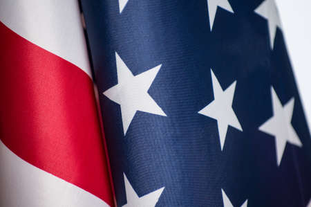 Amerikaanse vlag geschoten door zichzelf op wit. Stockfoto