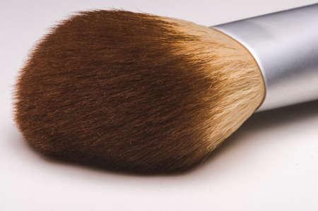 Make-up borstel close-up op een witte achtergrond.