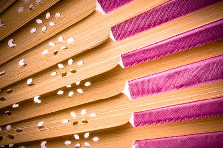Close-up van een roze houten handgemaakte ventilator op wit. Stockfoto