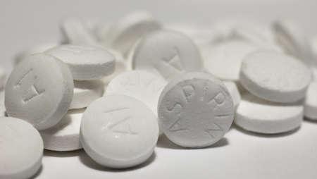 Macro-opname van witte aspirine pil op wit