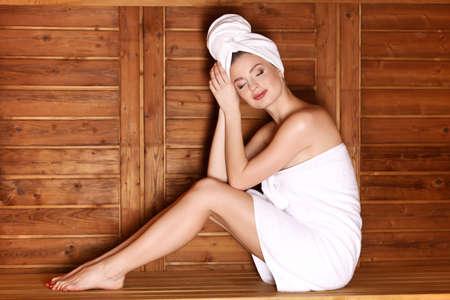 sauna nackt: schöne Frauen in Spa Sauna. Traditionelle Gesunder Lebensstil Behandlung.