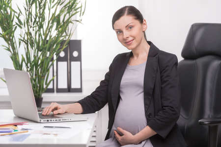 pregnancy woman: Empresaria embarazada embarazada madura empresaria trabaja en la oficina