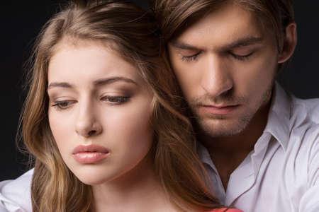 casal heterossexual: Casal deprimido. Jovem casal deprimido em p