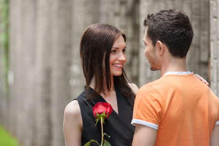 ciascuno: Felice coppia di innamorati. Allegro giovane coppia abbracciando mentre guardando a vicenda Archivio Fotografico