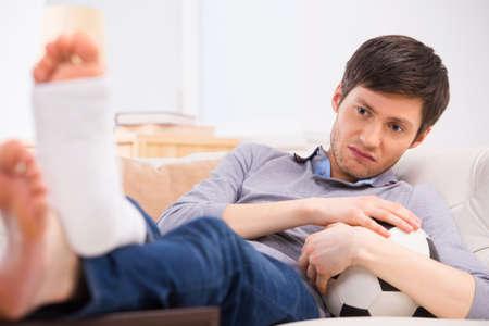 El hombre piensa que, debido a fractura en la pierna que klost su oportunidad de jugar footbal photo