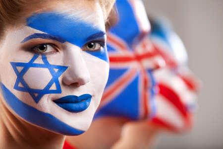 caritas pintadas: Varias personas con arte de la cara. Israel y Gran Bretaña flaga sre pintadas en las caras.