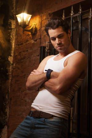 hombre: Hombre atractivo que descansa sobre la pared. Con los brazos cruzados