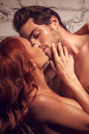 vrijen: Mooi paar seks. Kussen elkaar naakt zijn Stockfoto