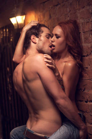 секс: Сексуальная любители заниматься сексом в романтическое место. Целовать друг друга полна желания и страсти