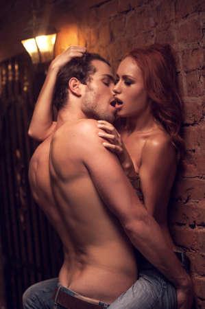 sexuales: Amantes Sexy tener relaciones sexuales en el lugar romántico. Besar sí lleno de deseo y pasión