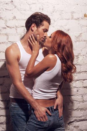 bacio sexy: Sexy coppia baciare. Mentre l'uomo toccando ragazza culo Archivio Fotografico