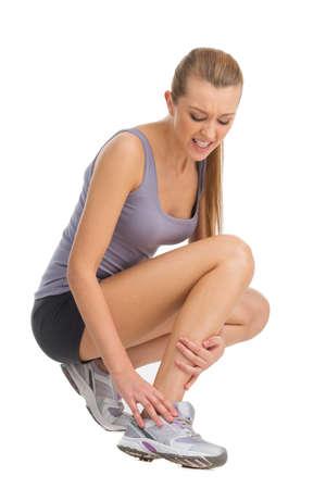 luxacion: La mujer del deporte sensaci�n de dolor en su tobillo. Aislar don blanco Foto de archivo