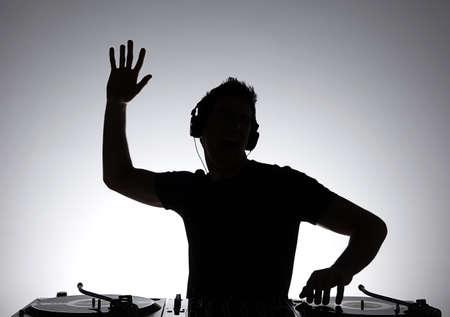 DJ のシルエット。DJ ジェスチャーとターン テーブルの回転のシルエット