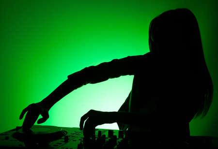 electric fixture: DJ silhouette. Femmina DJ silhouette isolato su verde